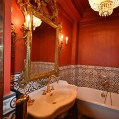 Rénovation et aménagement d'un appartement baroque: Salle de bains de style  par Agence VOLUMES & SURFACES