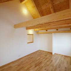 蒲郡市 新井形町の家: スタジオグラッペリ 1級建築士事務所 / studio grappelli architecture officeが手掛けた寝室です。