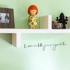 Appartement R. & V. : Bureau de style de style eclectique par Sensionest