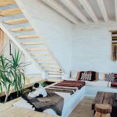 Casa en Los Molles: Livings de estilo  por Thomas Löwenstein arquitecto, Rústico Madera Acabado en madera