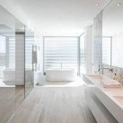 Villa em Vale do Lobo: Casas de banho  por Hi-cam Portugal,