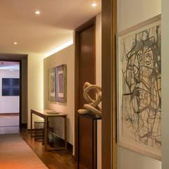 vista desde living hacia acceso: Pasillos y hall de entrada de estilo  por Thomas Löwenstein arquitecto
