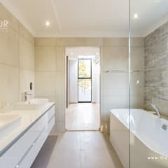 Salida del Sol Morningside:  Bathroom by Flaneur Architects