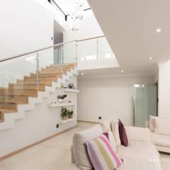 Salida del Sol Morningside:  Corridor & hallway by Flaneur Architects, Modern