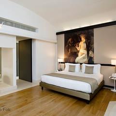 Hotel Gran Melià, Rome: Camera da letto in stile  di Giacomo Foti Photographer