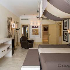 Capri Palace Hotel & Spa, Capri: Camera da letto in stile  di Giacomo Foti Photographer