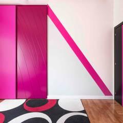 Camera delle bambine: Stanza dei bambini in stile  di UAU un'architettura unica