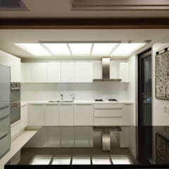實木皮的美式線條:  廚房 by 誼軒室內裝修設計有限公司