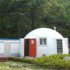 DOME HOUSE:  غرفة المعيشة تنفيذ TRARAS TRAVEL, بحر أبيض متوسط بلاستيك