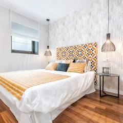 Dúplex en casco histórico Málaga, remodelación para apartamento de alquiler.: Dormitorios de estilo  de Espacios y Luz Fotografía