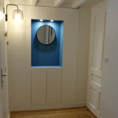Rénovation et décoration d'un appartement à Lyon Bellecour: Couloir et hall d'entrée de style  par VERTINEA