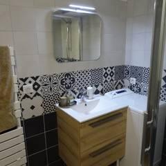 Rénovation et décoration d'un appartement à Lyon Bellecour: Salle de bains de style  par VERTINEA