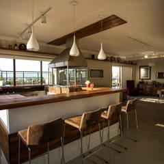 Bar da Piscina com Churrasqueira: Cozinhas ecléticas por Rafael Grantham Arquitetura