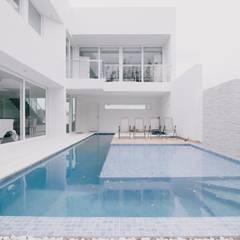 Piscina: Piscinas minimalistas por Rafael Grantham Arquitetura