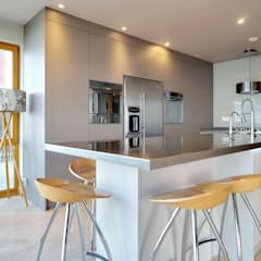A large island for food prep and eat:  Kitchen by ADORNAS KITCHENS