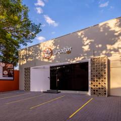 Fachada diurna: Lojas e imóveis comerciais  por D2C Arquitetura