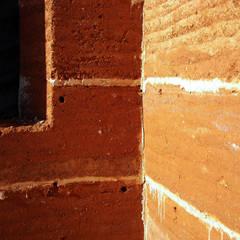 parede exterior em taipa tradicional em fase de obra: Paredes  por Arq2T. Atelier