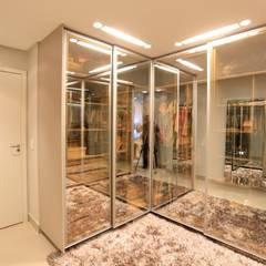 Apt. Marcelo Puppin - Ed. Moment: Closets modernos por Daniel Di Rezende Bernardes Arquitetura