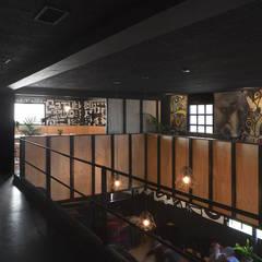 Planta primera: Bares y Clubs de estilo  de Estudio de Arquitectura Sra.Farnsworth