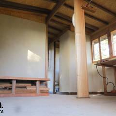 Chalé de pau a pique Paredes e pisos campestres por ARCA Terra Campestre