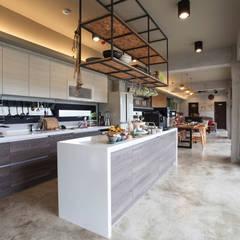 三野高台:  廚房 by 築里館空間設計