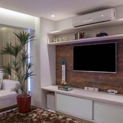Sala de Estar e TV: Salas multimídia  por Carolina Fontes Arquitetura