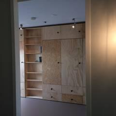 Opmaat gemaakte kastenwand: scandinavische Kleedkamer door Tim Vinke - Interior Design