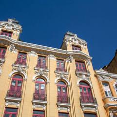 Fachada restaurada do prédio antigo : Hotéis  por Jean de Just design de interiores