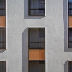 Fachada prédio novo: Hotéis  por Jean de Just design de interiores