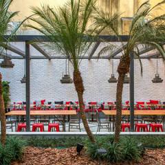 Restaurante  varanda: Hotéis  por Jean de Just design de interiores