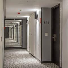Corredor no prédio novo: Hotéis  por Jean de Just design de interiores