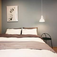 [홈라떼] 위례 38평 새아파트 TV 없는 거실 홈스타일링 : homelatte의  침실,미니멀