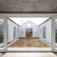 디귿집: 에이오에이 아키텍츠 건축사사무소 (aoa architects)의  정원,한옥