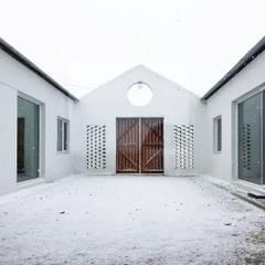 디귿집: 에이오에이 아키텍츠 건축사사무소 (aoa architects)의  정원,
