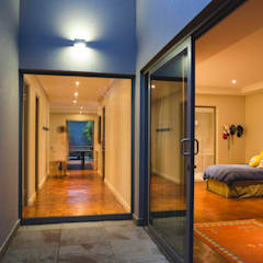House Pont:  Corridor & hallway by Swart & Associates Architects,
