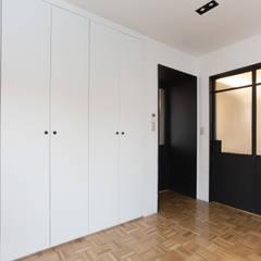 Trace House : 미우가 디자인 스튜디오의  침실,인더스트리얼