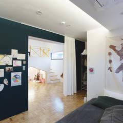 Trace House : 미우가 디자인 스튜디오의  침실,컨트리
