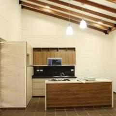 Casa Unifamiliar GS: Cocinas de estilo  por A-CUATTRO ARQUITECTURA