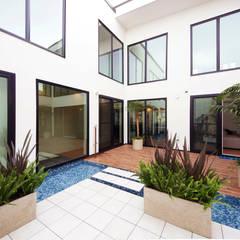 大きな中庭を楽しむ家: TERAJIMA ARCHITECTSが手掛けた庭です。