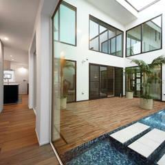 大きな中庭を楽しむ家: TERAJIMA ARCHITECTSが手掛けたテラス・ベランダです。
