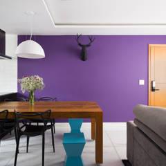 Apartamento Santa Efigênia: Salas de estar  por Daniel Carvalho Arquiteto