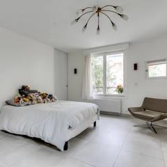 S92 - rénovation villa 400m² - Boulogne-Billancourt: Chambre d'enfant de style  par officine TNT Architecture