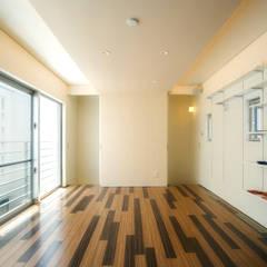 2F洋室1(階段室側): 株式会社青空設計が手掛けたオフィススペース&店です。