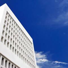 正面見上げ外観: 株式会社青空設計が手掛けたオフィススペース&店です。