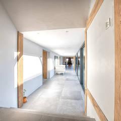 Forty Farm:  Corridor & hallway by Smarta, Minimalist