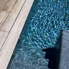 AIX-EN-PROVENCE - jardin méditerranéen contemporain: Piscines  de style  par Agence MORVANT & MOINGEON