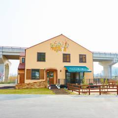 栗の家: 青木建築設計事務所が手掛けた商業空間です。