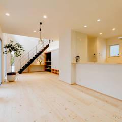 明るいリビングと大きな吹抜けのある家: KAWAZOE-ARCHITECTSが手掛けたダイニングです。