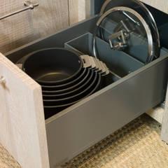 Organizador de sartenes, ollas y tapas: Cocinas de estilo  de DEULONDER arquitectura domestica