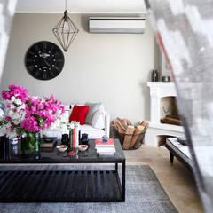 EK SUMMER HOUSE:  Living room by Esra Kazmirci Mimarlik